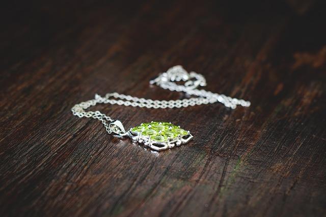 náhrdelník na stole