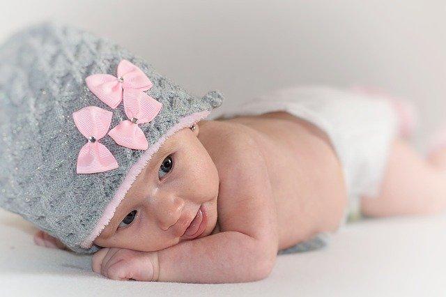 novorozená holčička