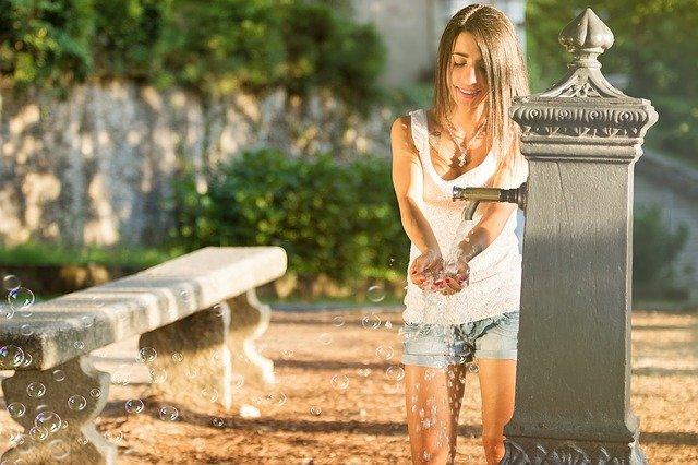 dívka u fontány.jpg