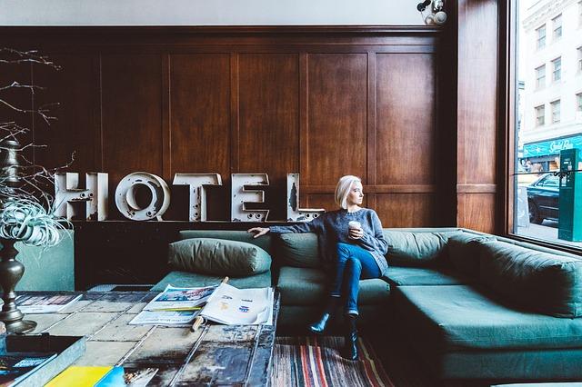 žena v hotelu